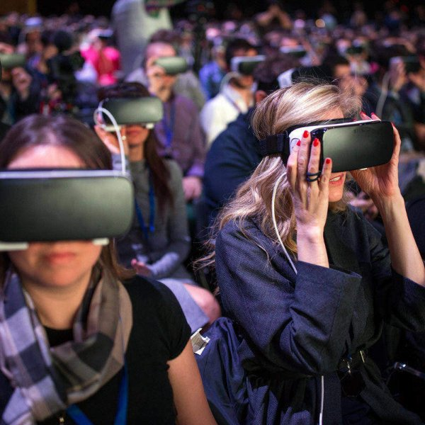 Collective experiences of Virtual Reality through Streaming